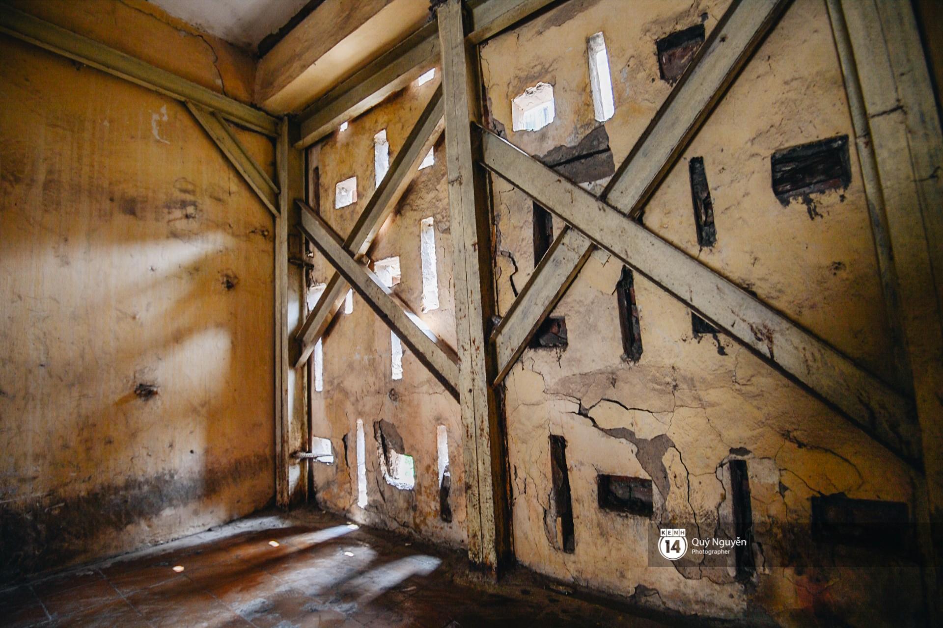 Chùm ảnh: Thấp thỏm sống trong chung cư tử thần đầy những vết nứt ở Hà Nội - Ảnh 3.