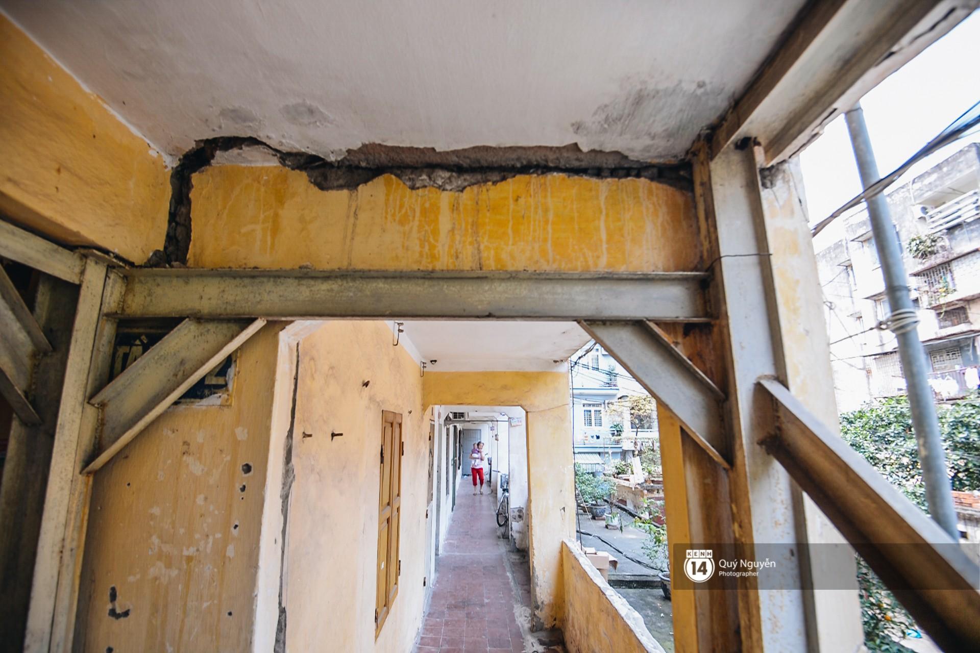 Chùm ảnh: Thấp thỏm sống trong chung cư tử thần đầy những vết nứt ở Hà Nội - Ảnh 5.