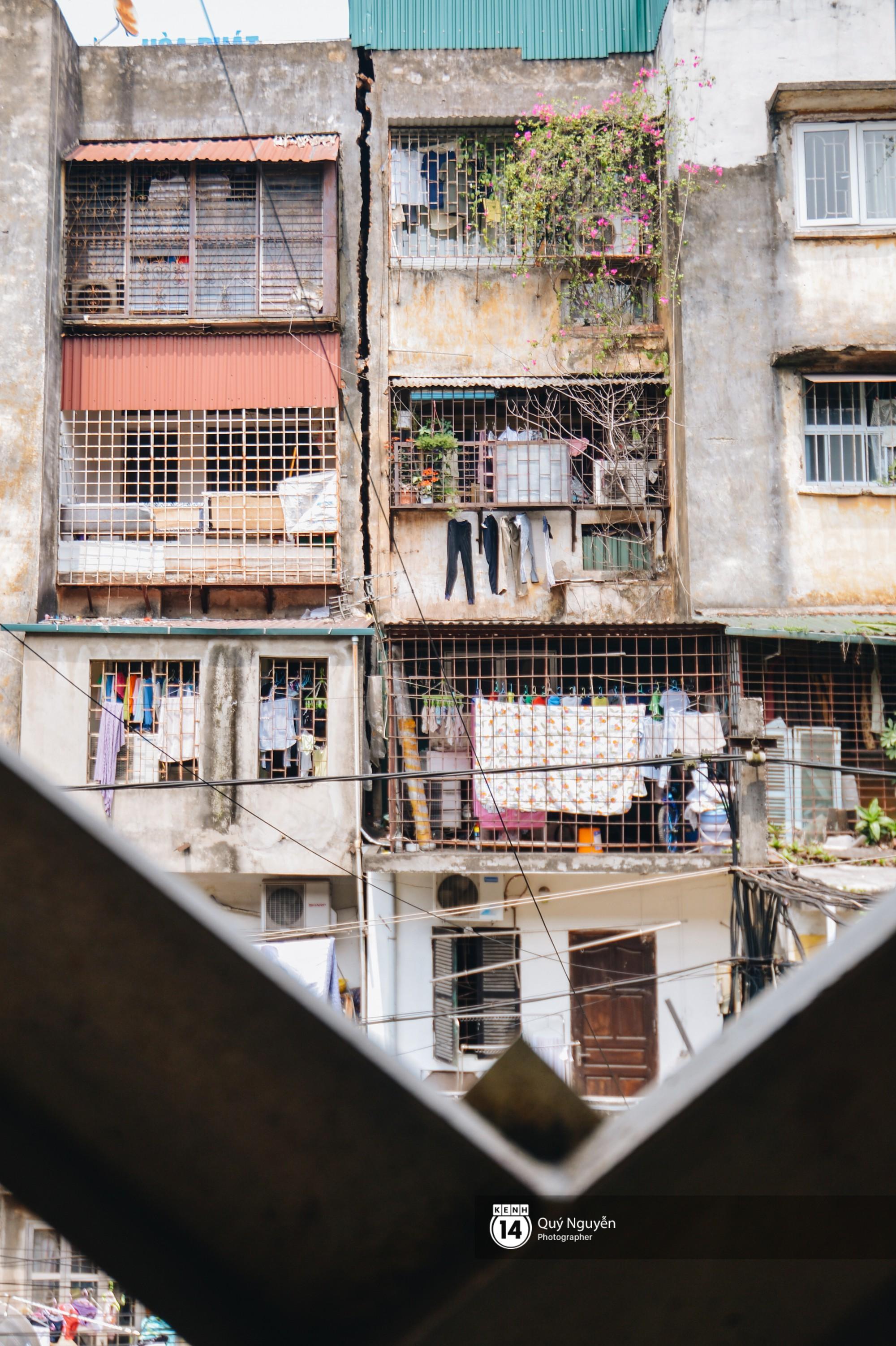 Chùm ảnh: Thấp thỏm sống trong chung cư tử thần đầy những vết nứt ở Hà Nội - Ảnh 4.