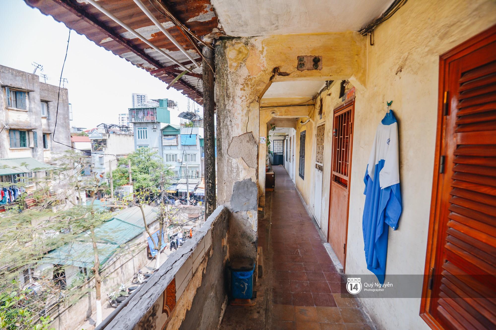 Chùm ảnh: Thấp thỏm sống trong chung cư tử thần đầy những vết nứt ở Hà Nội - Ảnh 10.