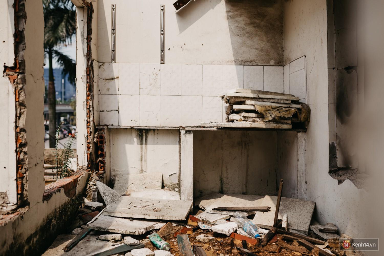 Bên trong khu tập thể đất vàng giữa Hà Nội: Hoang tàn lạnh lẽo, chứa đầy rác thải sau thời gian bị lãng quên - Ảnh 10.