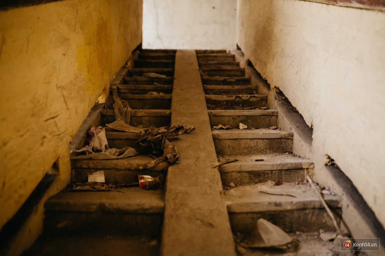 Bên trong khu tập thể đất vàng giữa Hà Nội: Hoang tàn lạnh lẽo, chứa đầy rác thải sau thời gian bị lãng quên - Ảnh 5.