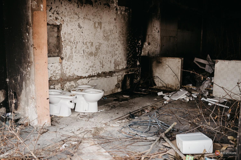Bên trong khu tập thể đất vàng giữa Hà Nội: Hoang tàn lạnh lẽo, chứa đầy rác thải sau thời gian bị lãng quên - Ảnh 3.