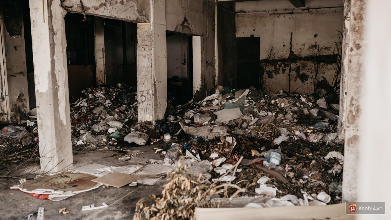 Bên trong khu tập thể đất vàng giữa Hà Nội: Hoang tàn lạnh lẽo, chứa đầy rác thải sau thời gian bị lãng quên - Ảnh 2.