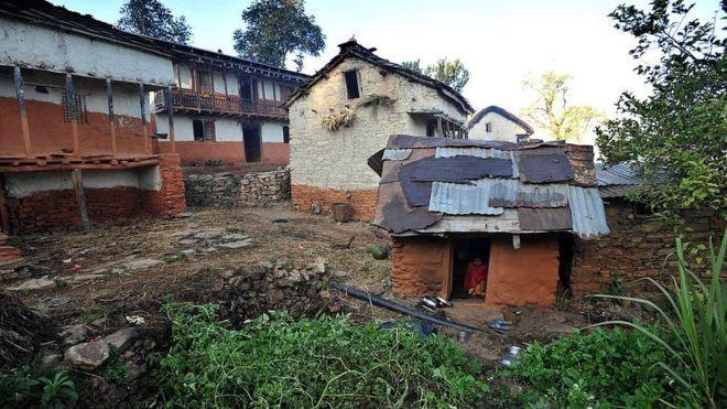"""Cơn ác mộng của phụ nữ Nepal khi tới ngày """"đèn đỏ: Phải rời khỏi nhà, ngủ ở những túp lều rách rưới, dễ bị kẻ xấu và thú dữ đoạt mạng - Ảnh 1."""
