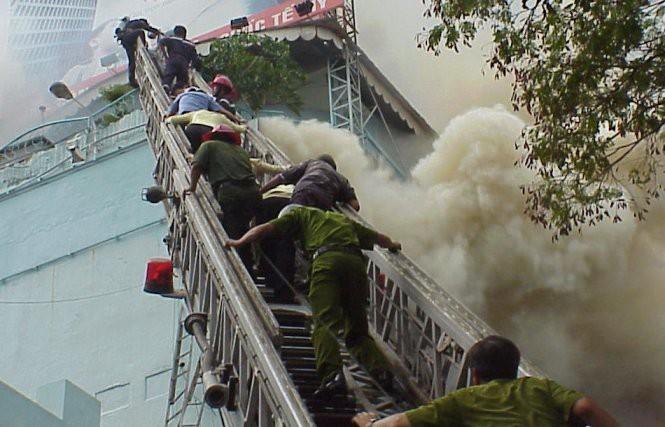 16 năm sau thảm họa ITC, người Sài Gòn lại bàng hoàng trước nỗi đau và mất mát quá lớn trong vụ cháy chung cư Carina - Ảnh 5.
