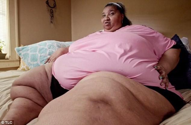 Nỗi đau của cô gái 290kg kiếm sống bằng cách ngồi ăn trước internet: từng bị cha dượng xâm hại, chồng cũ bạo hành - Ảnh 1.