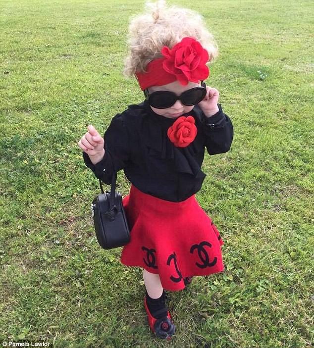 Cô bé 2 tuổi mê thời trang đến độ đọc vanh vách tên các thương hiệu và thần thái không chê vào đâu được - Ảnh 2.