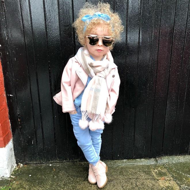 Cô bé 2 tuổi mê thời trang đến độ đọc vanh vách tên các thương hiệu và thần thái không chê vào đâu được - Ảnh 13.