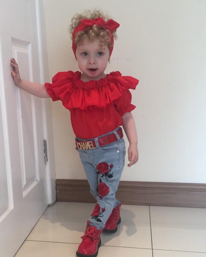 Cô bé 2 tuổi mê thời trang đến độ đọc vanh vách tên các thương hiệu và thần thái không chê vào đâu được - Ảnh 14.