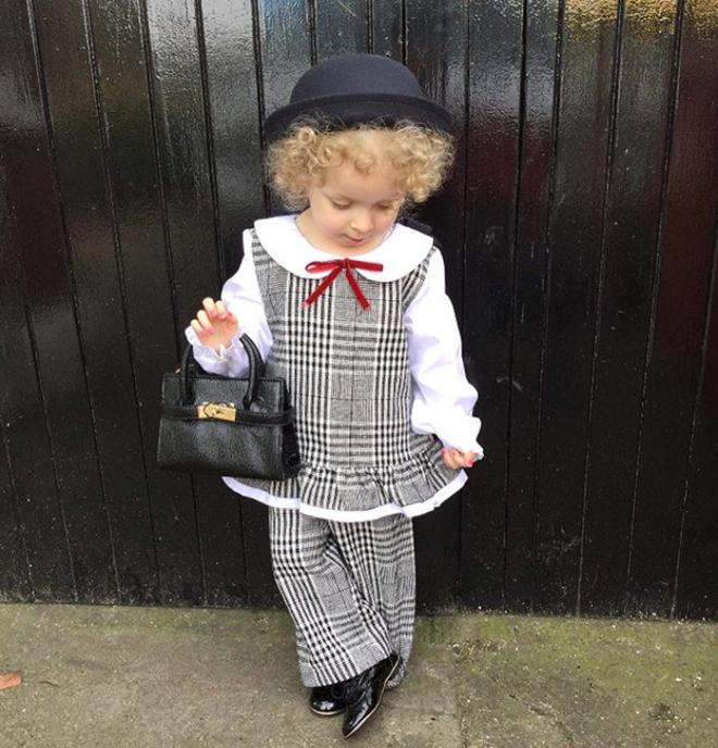 Cô bé 2 tuổi mê thời trang đến độ đọc vanh vách tên các thương hiệu và thần thái không chê vào đâu được - Ảnh 17.