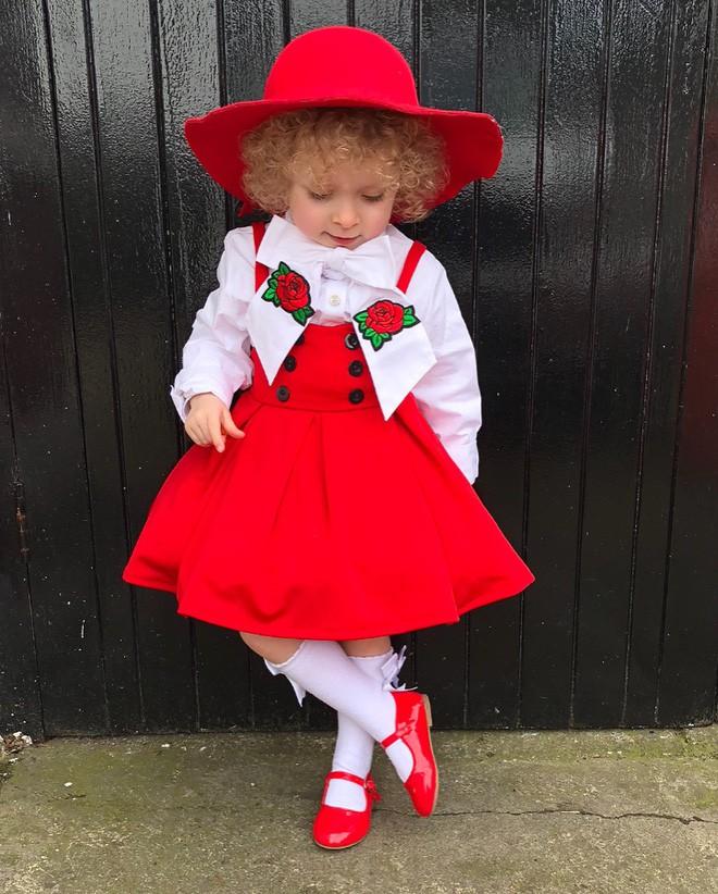 Cô bé 2 tuổi mê thời trang đến độ đọc vanh vách tên các thương hiệu và thần thái không chê vào đâu được - Ảnh 4.