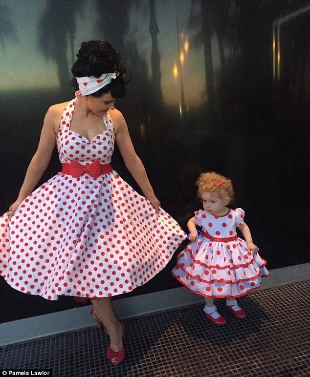 Cô bé 2 tuổi mê thời trang đến độ đọc vanh vách tên các thương hiệu và thần thái không chê vào đâu được - Ảnh 5.