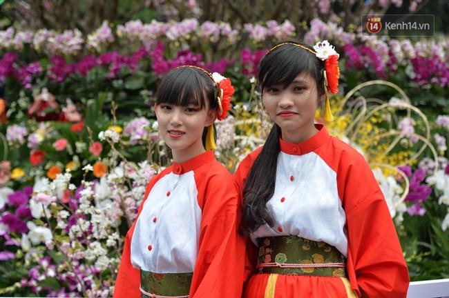 Hàng ngàn người dân Hà Nội chen chúc trong buổi sáng đầu tiên mở cửa Lễ hội hoa anh đào - Ảnh 5.