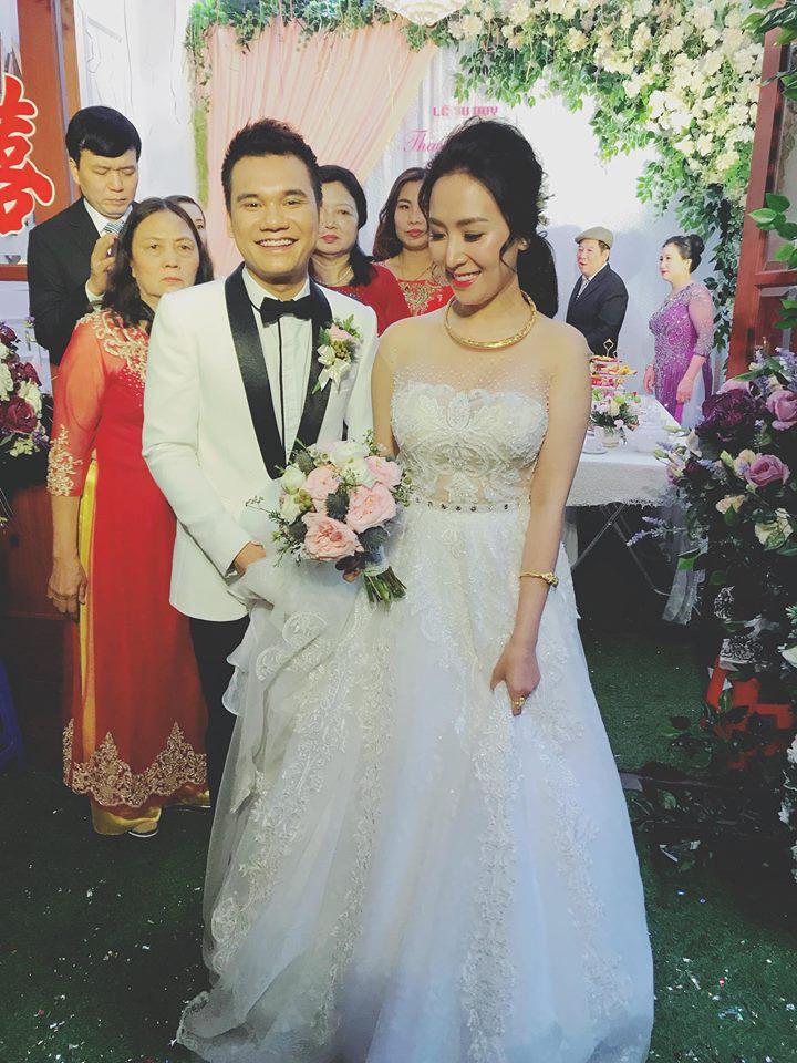 Khắc Việt rạng rỡ bên bà xã xinh đẹp tại đám cưới ở quê nhà Yên Bái - Ảnh 2.
