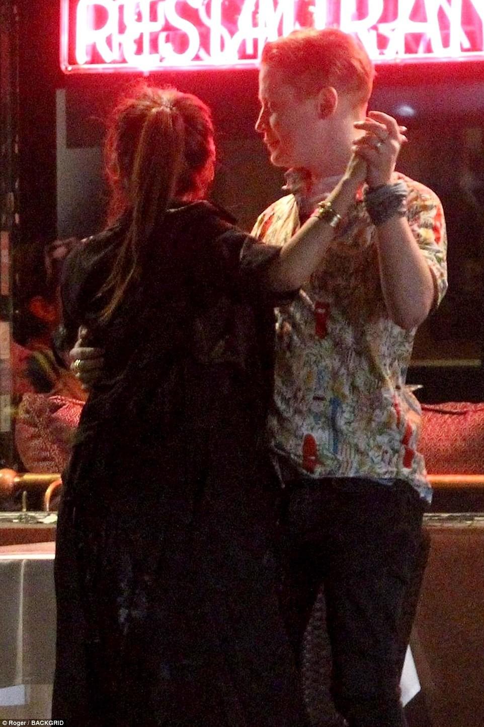 Con gái Michael Jackson xác nhận hẹn hò đồng giới với Cara Delevingne bằng nụ hôn môi đắm đuối - Ảnh 10.