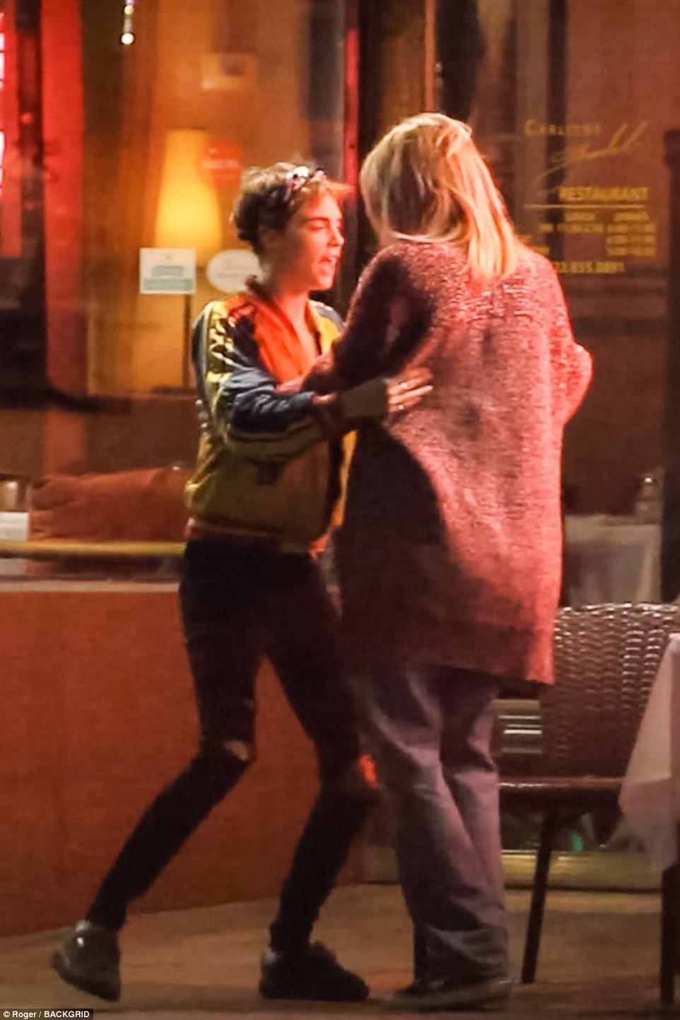 Con gái Michael Jackson xác nhận hẹn hò đồng giới với Cara Delevingne bằng nụ hôn môi đắm đuối - Ảnh 6.