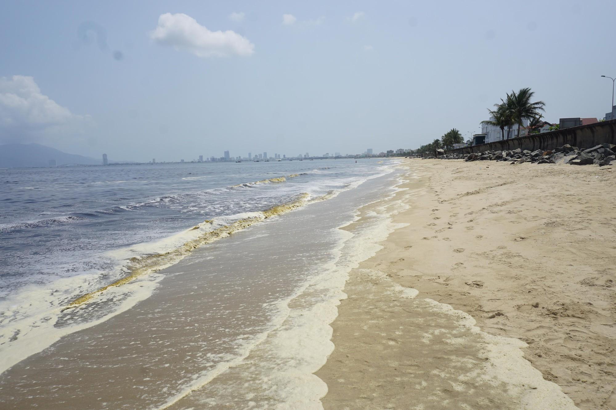 Hơn 5 km bờ biển ở Đà Nẵng đổi màu lạ khiến người dân không dám xuống tắm - Ảnh 2.