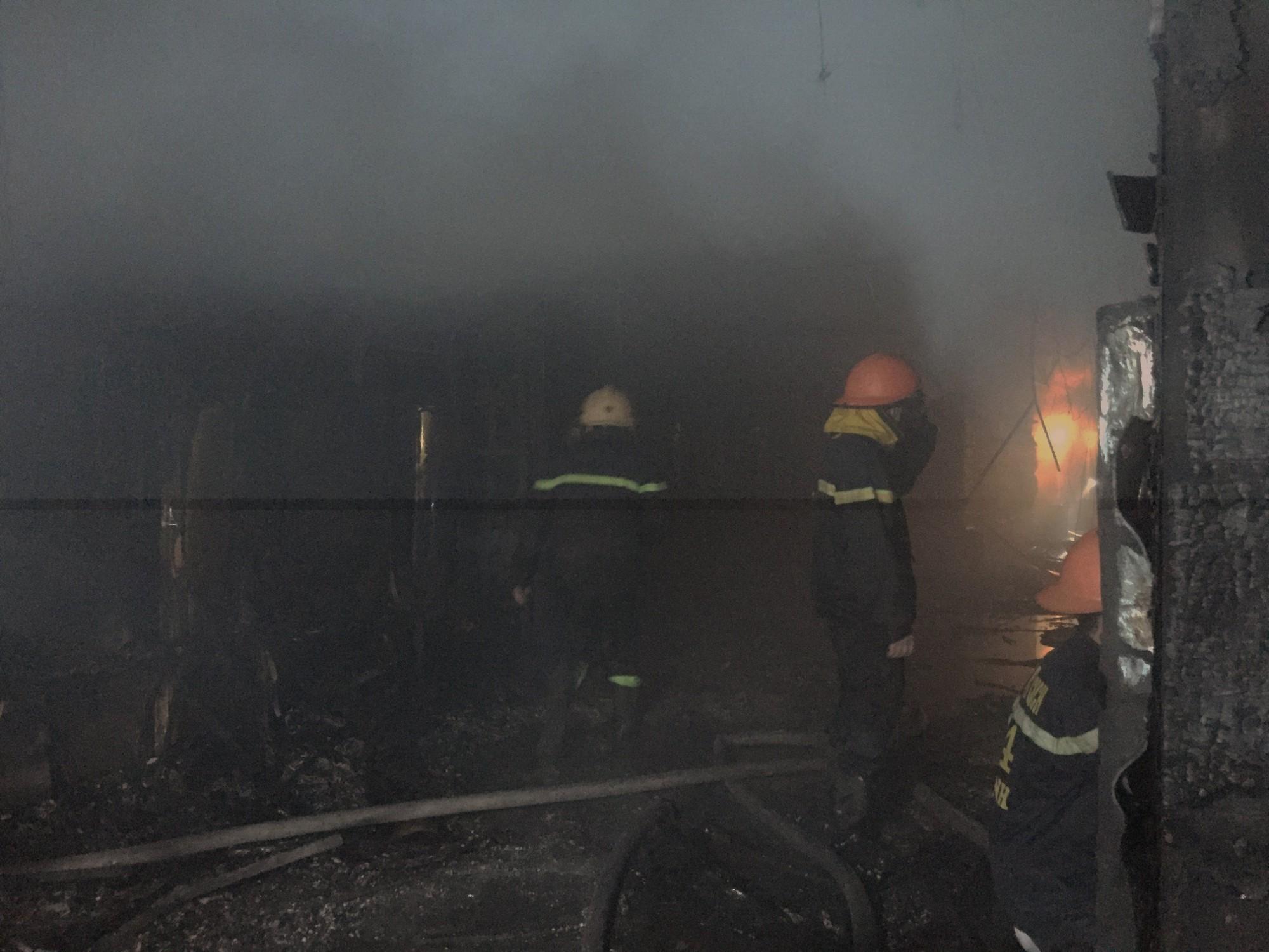 Chùm ảnh: Khung cảnh tan hoang bên trong quán karaoke Kingdom Club Hà Tĩnh sau hỏa hoạn - Ảnh 2.