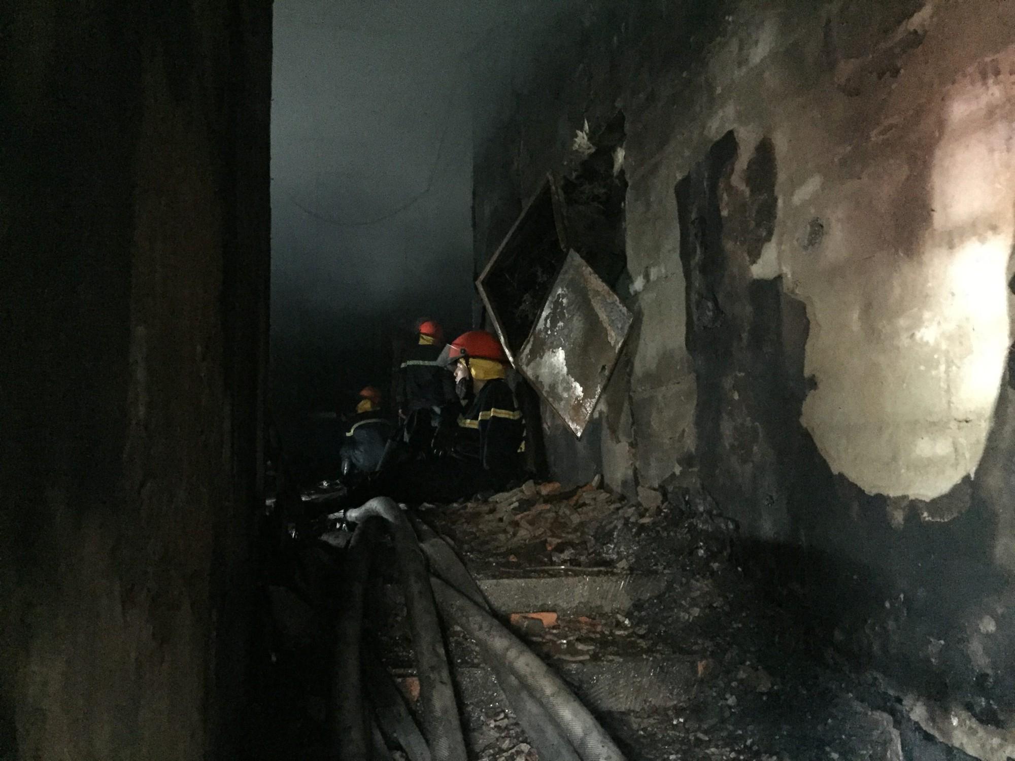 Chùm ảnh: Khung cảnh tan hoang bên trong quán karaoke Kingdom Club Hà Tĩnh sau hỏa hoạn - Ảnh 3.