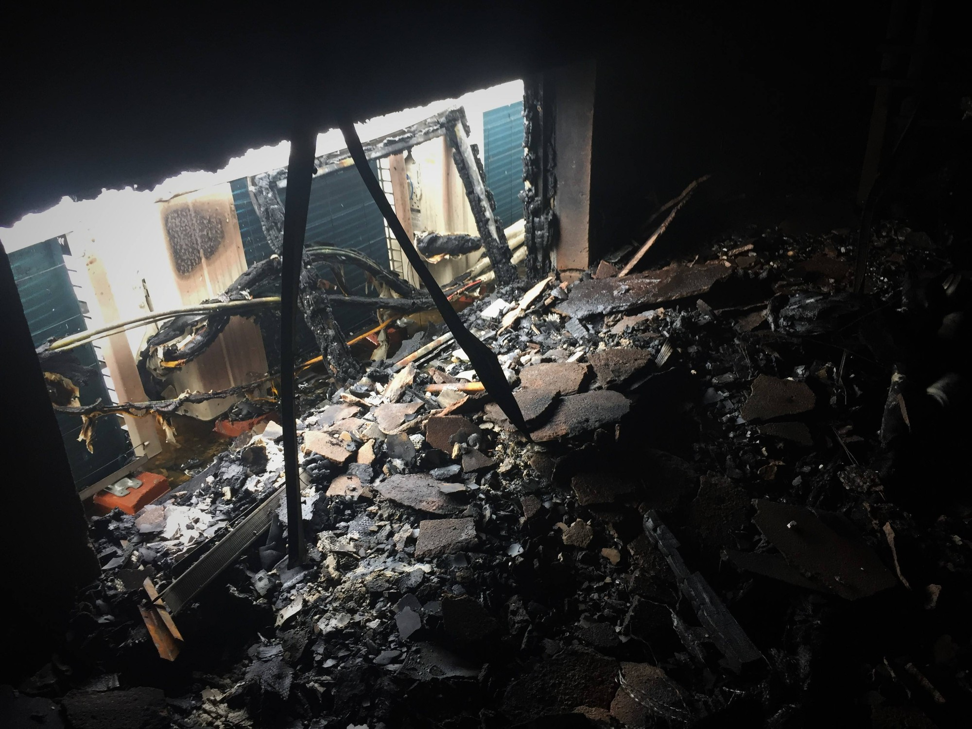 Chùm ảnh: Khung cảnh tan hoang bên trong quán karaoke Kingdom Club Hà Tĩnh sau hỏa hoạn - Ảnh 5.