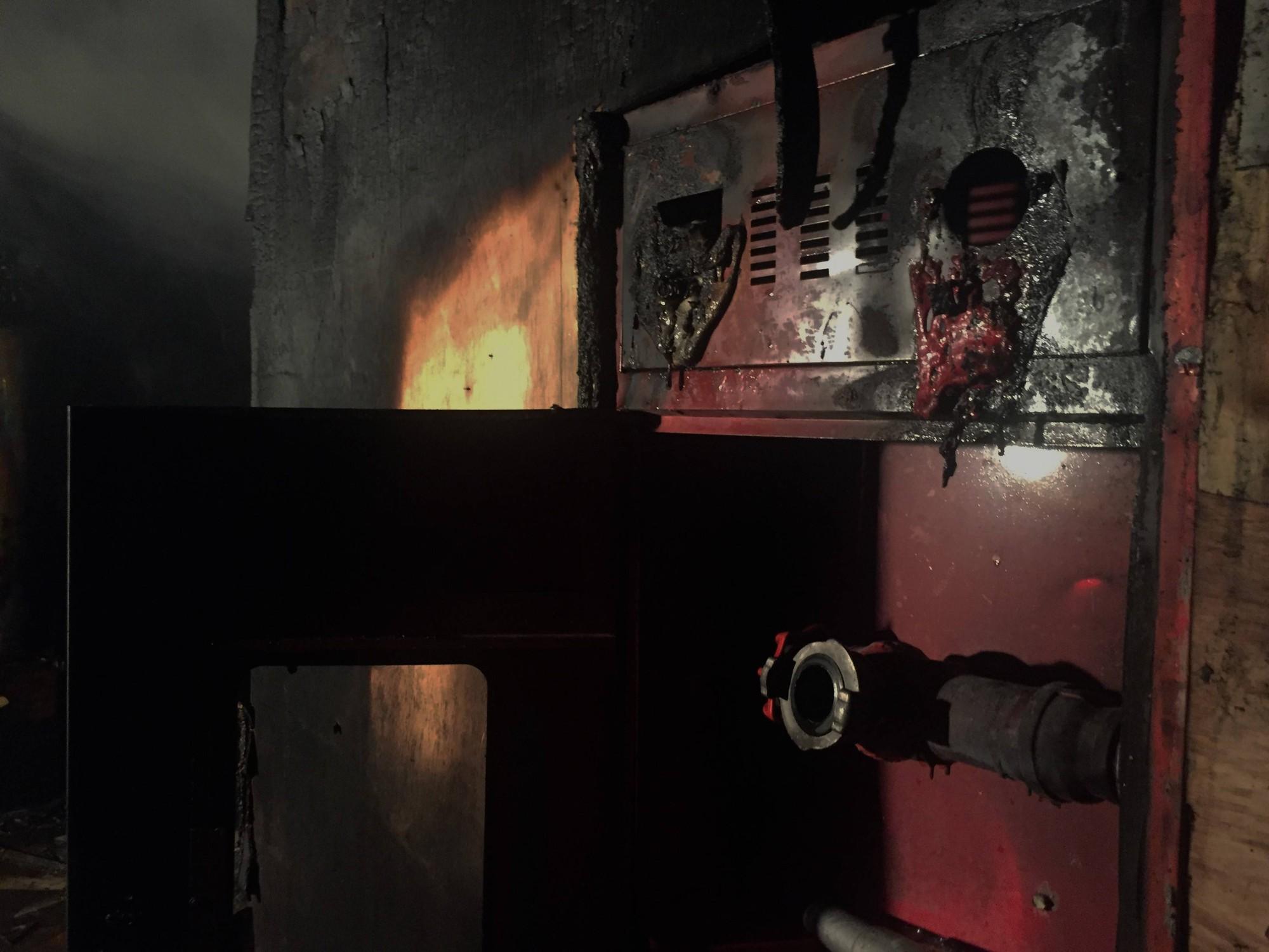 Chùm ảnh: Khung cảnh tan hoang bên trong quán karaoke Kingdom Club Hà Tĩnh sau hỏa hoạn - Ảnh 7.