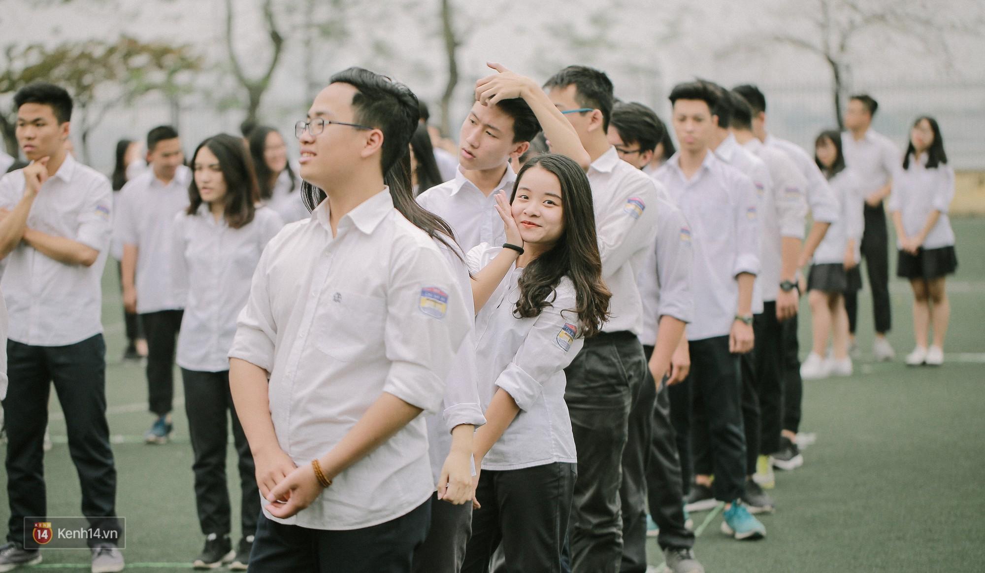 Teen Chu Văn An rạng rỡ ngày xếp chữ chia tay tuổi học trò - Ảnh 5.