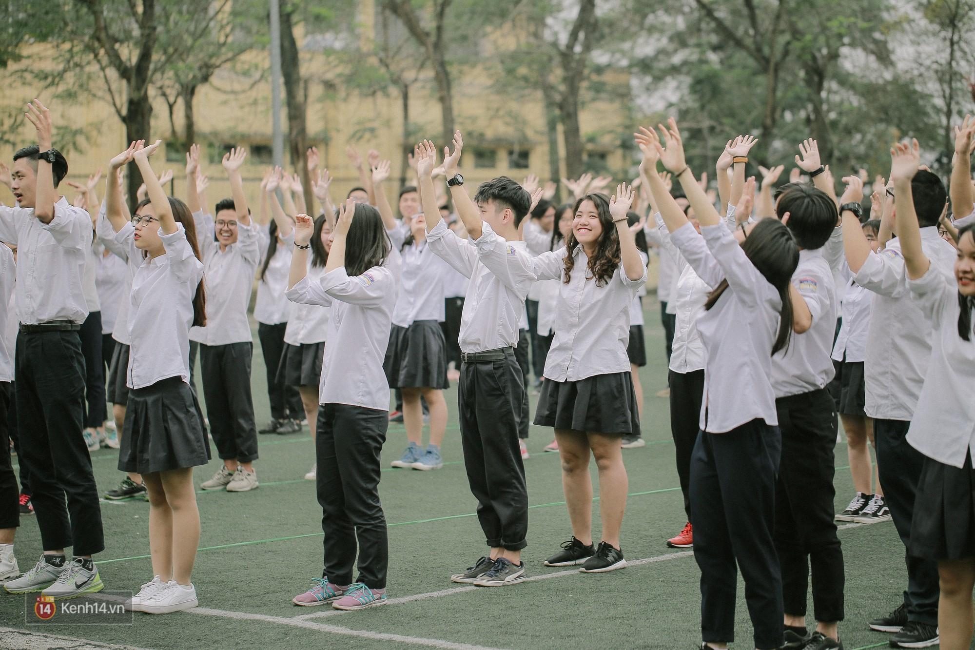 Teen Chu Văn An rạng rỡ ngày xếp chữ chia tay tuổi học trò - Ảnh 1.