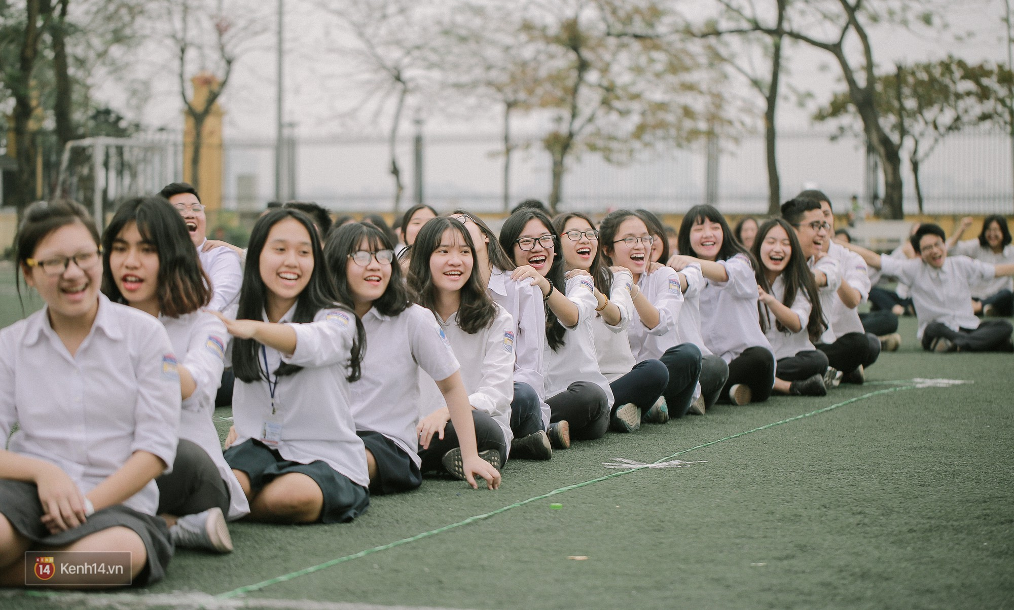 Teen Chu Văn An rạng rỡ ngày xếp chữ chia tay tuổi học trò - Ảnh 2.
