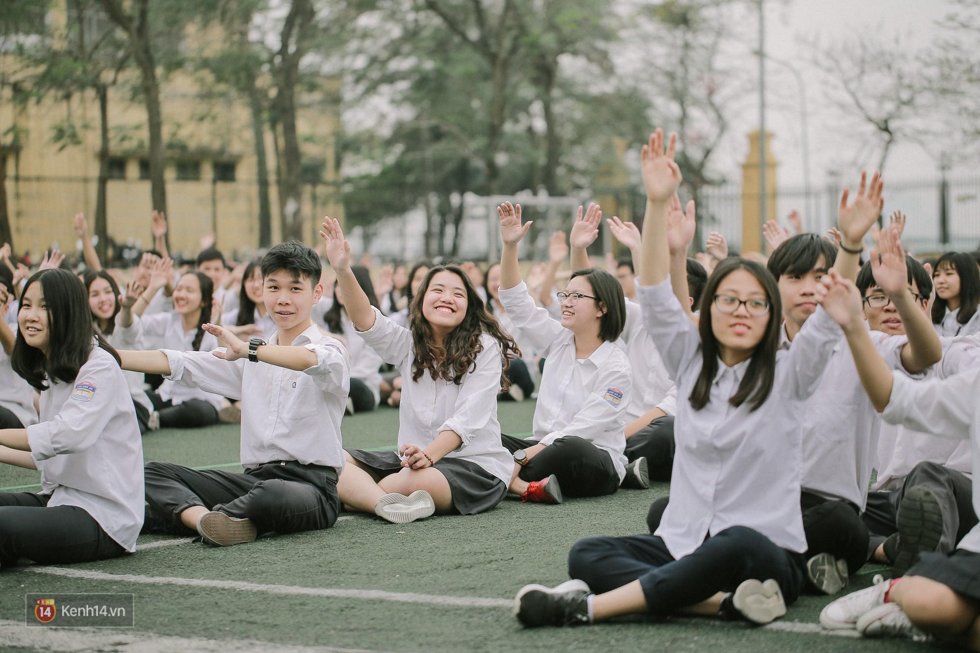 Teen Chu Văn An rạng rỡ ngày xếp chữ chia tay tuổi học trò - Ảnh 8.