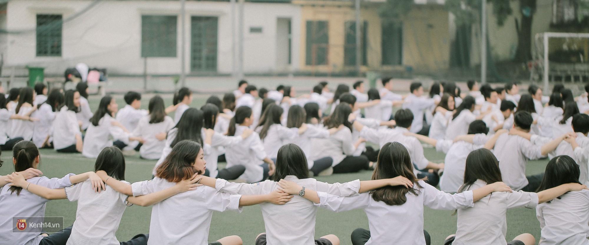 Teen Chu Văn An rạng rỡ ngày xếp chữ chia tay tuổi học trò - Ảnh 12.