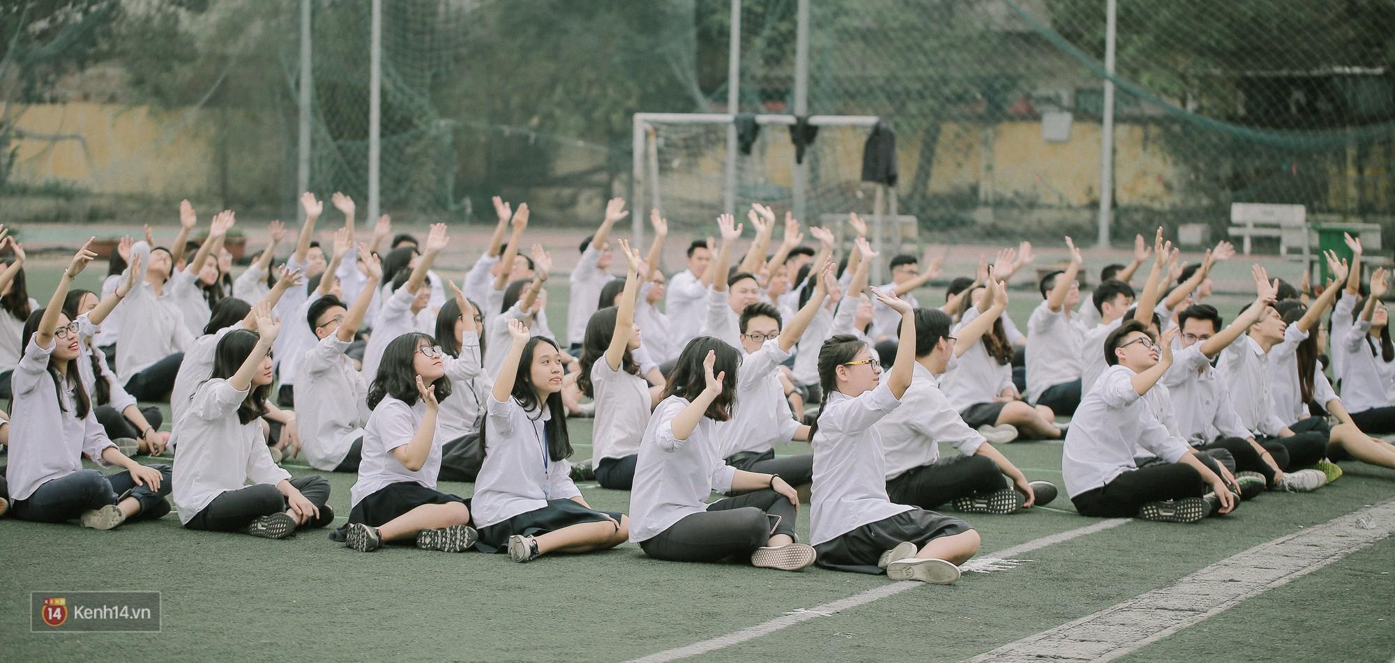 Teen Chu Văn An rạng rỡ ngày xếp chữ chia tay tuổi học trò - Ảnh 13.