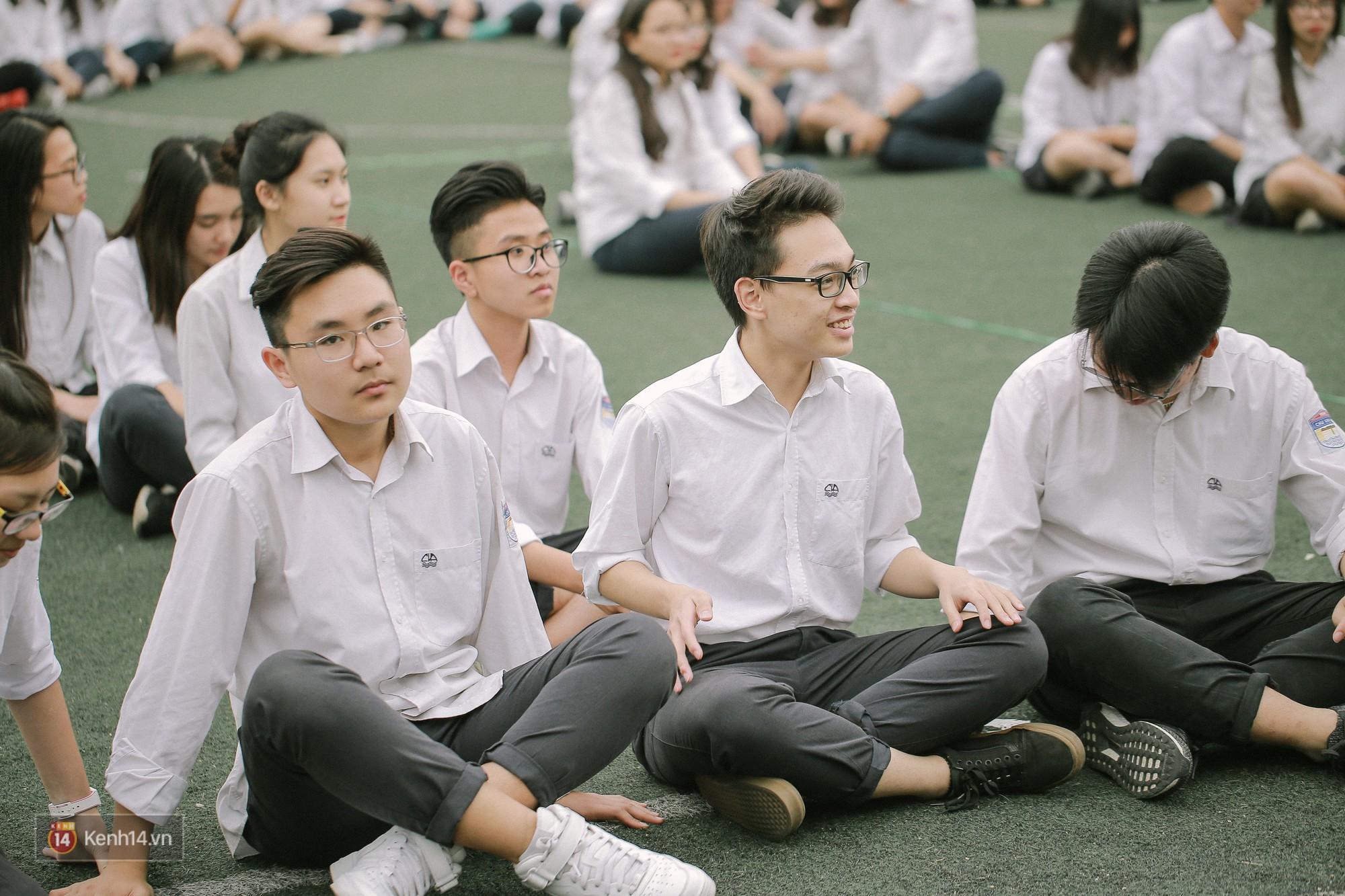 Teen Chu Văn An rạng rỡ ngày xếp chữ chia tay tuổi học trò - Ảnh 14.