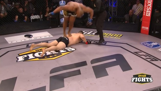 Võ sĩ MMA bị ném đá sau màn giẫm lên lưng đối thủ ăn mừng chiến thắng - Ảnh 2.