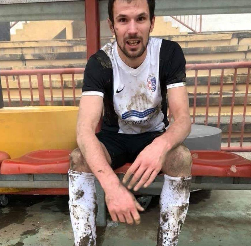 Bi kịch: Cầu thủ gục chết trên sân vì bị đá bóng trúng ngực - Ảnh 1.