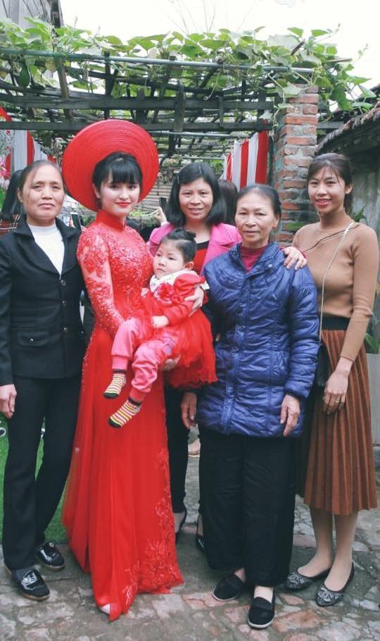 Em bé Lào Cai suy dinh dưỡng ngày nào nay đã 3 tuổi, xuất hiện xinh xắn như công chúa trong lễ vu quy của mẹ nuôi - Ảnh 1.