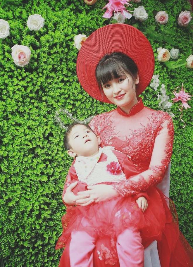 Em bé Lào Cai suy dinh dưỡng ngày nào nay đã 3 tuổi, xuất hiện xinh xắn như công chúa trong lễ vu quy của mẹ nuôi - Ảnh 2.