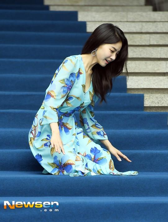 Nổi nhất Seoul Fashion Week: Đang xinh đẹp dịu dàng thì nữ diễn viên này té cái uỵch trước ngàn đôi mắt - Ảnh 1.