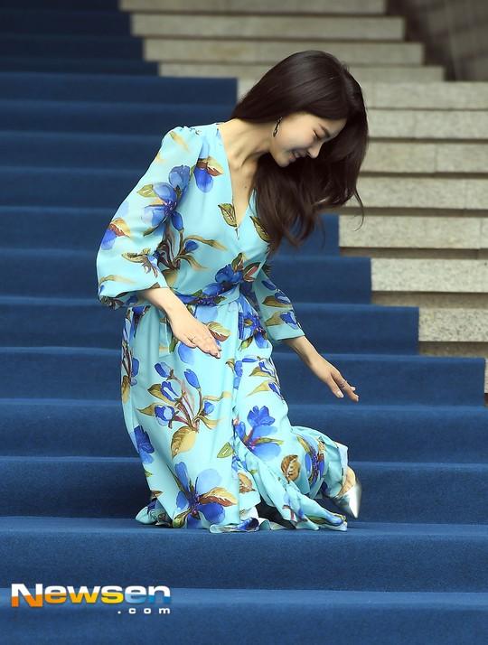 Nổi nhất Seoul Fashion Week: Đang xinh đẹp dịu dàng thì nữ diễn viên này té cái uỵch trước ngàn đôi mắt - Ảnh 2.