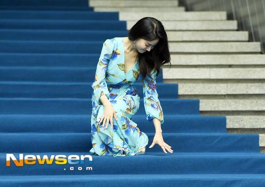 Nổi nhất Seoul Fashion Week: Đang xinh đẹp dịu dàng thì nữ diễn viên này té cái uỵch trước ngàn đôi mắt - Ảnh 3.