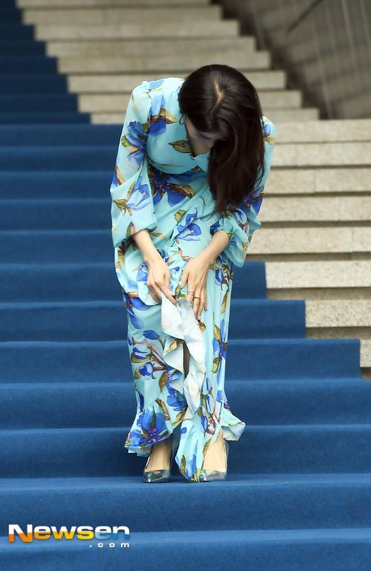 Nổi nhất Seoul Fashion Week: Đang xinh đẹp dịu dàng thì nữ diễn viên này té cái uỵch trước ngàn đôi mắt - Ảnh 4.