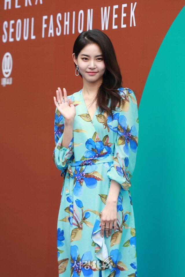Nổi nhất Seoul Fashion Week: Đang xinh đẹp dịu dàng thì nữ diễn viên này té cái uỵch trước ngàn đôi mắt - Ảnh 6.