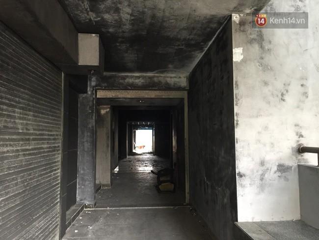 Khung cảnh ám ảnh trong chung cư Carina 3 ngày sau vụ cháy khiến 13 người thiệt mạng - Ảnh 1.