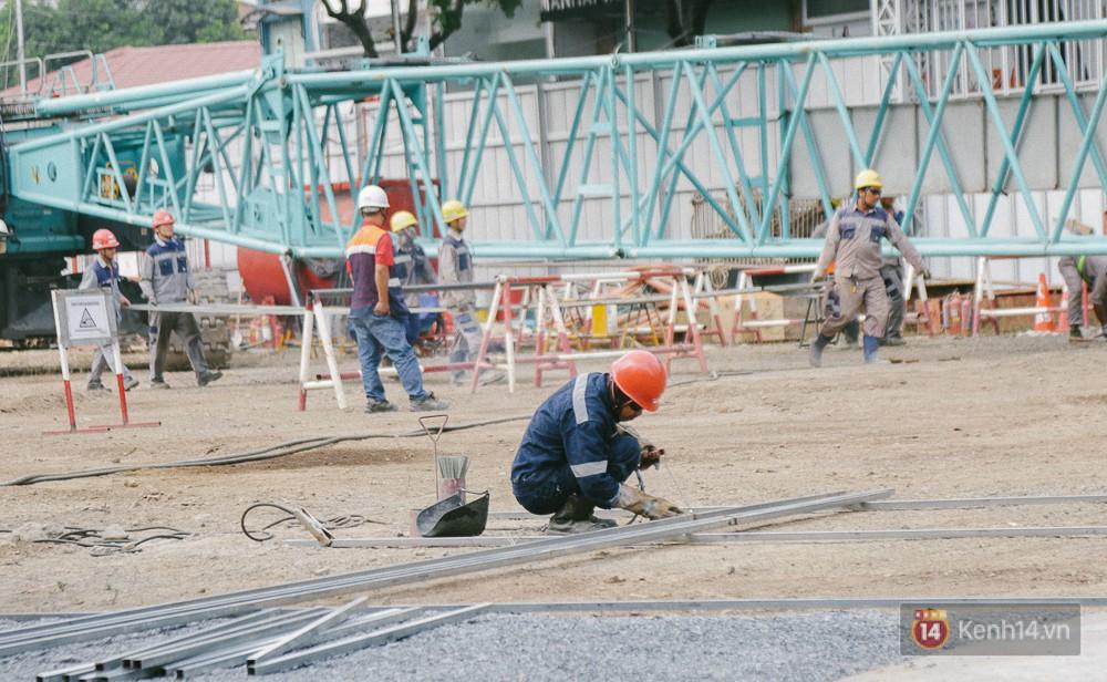 Một công nhân đang hàn xì sắt bên trong khu đất toà nhà ITC.