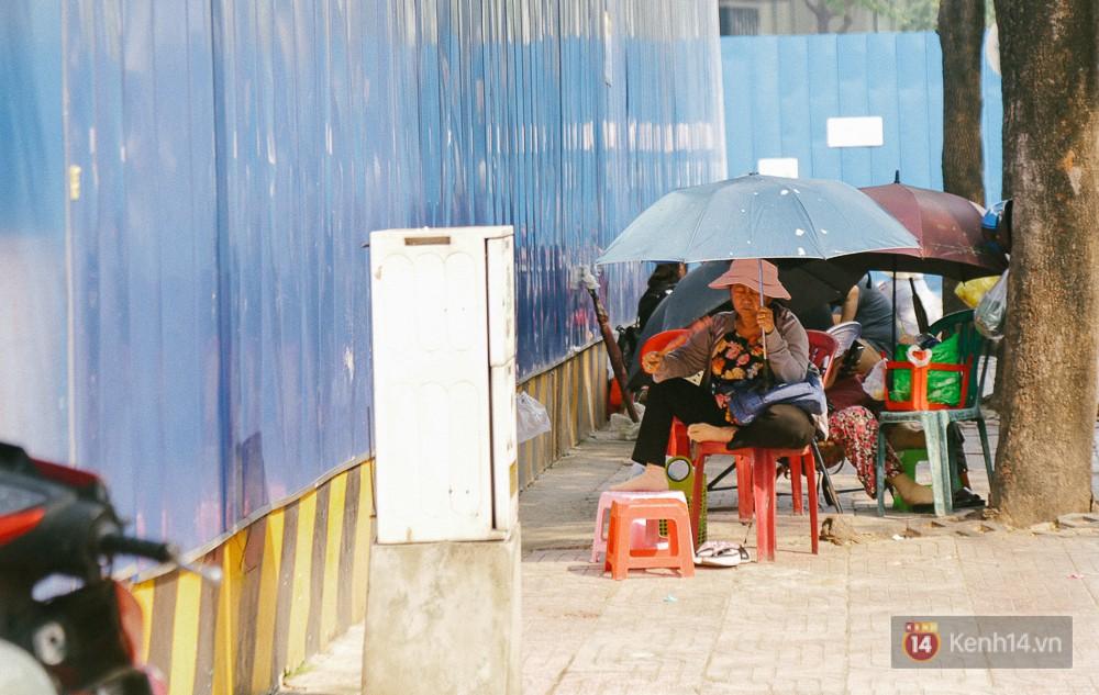 Người dân buôn bán bên ngoài hàng rào toà nhà ITC cũ, đường Nguyễn Trung Trực.