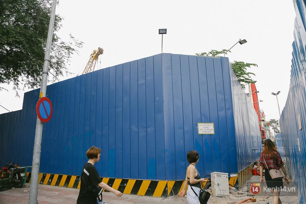 Do đang xây dựng dự án mới tại khu đất của toà nhà ITC và dự án Metro nên hàng được dựng lên, một đoạn đường Lê Lợi bị thu hẹp.