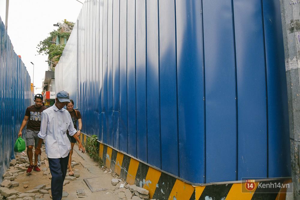 Người dân đi lại trước khu đất toà nhà ITC và dự án Metro.