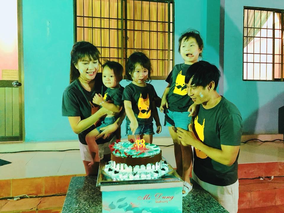 Không xa hoa sang chảnh, Lý Hải cùng các con tổ chức sinh nhật giản dị cho bà xã Minh Hà - Ảnh 2.