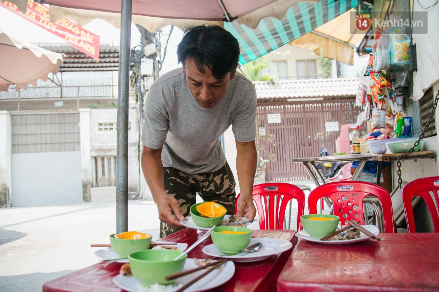 """Cô bán cơm dễ thương hết sức ở Sài Gòn: 10 ngàn cũng bán, khách nhiêu tiền cũng có cơm ăn"""" - Ảnh 8."""