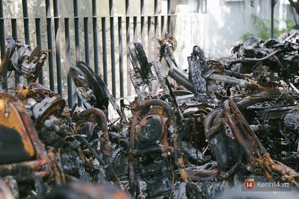 Hàng trăm xe máy, ô tô hạng sang bị cháy trơ khung tại chung cư Carina được kéo ra ngoài bán sắt vụn - Ảnh 12.